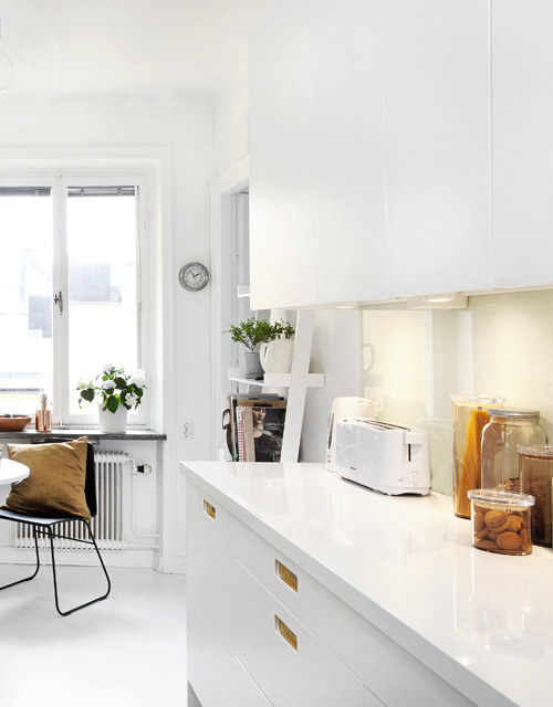 Köket är totalrenoverat. De gamla ärtgröna skåpen revs ut, ett skjutdörrsparti mellan matdel och kök togs bort och ny inredning sattes in. Köksstommarna från Ikea kompletterades med luckor från Pickyliving.