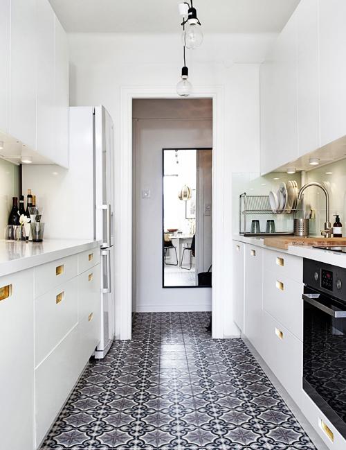 Köksgolvet från Marrakech design är ett smycke i sig. Mönstret har alla färger som återkommer i den övriga lägenheten: mullvad, grått och vitt.