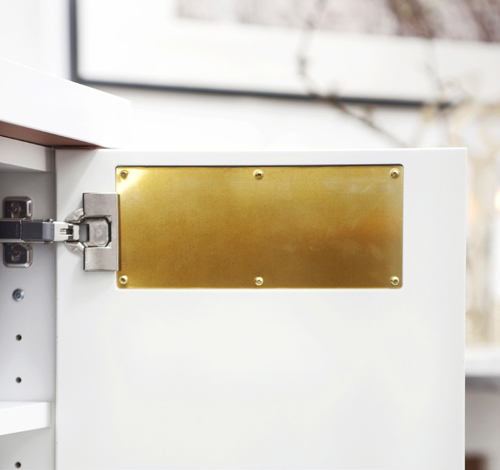 Luckornas mässingsplåt kan tas bort på baksidan och ersättas med en ny platta av valfritt material eller färg.