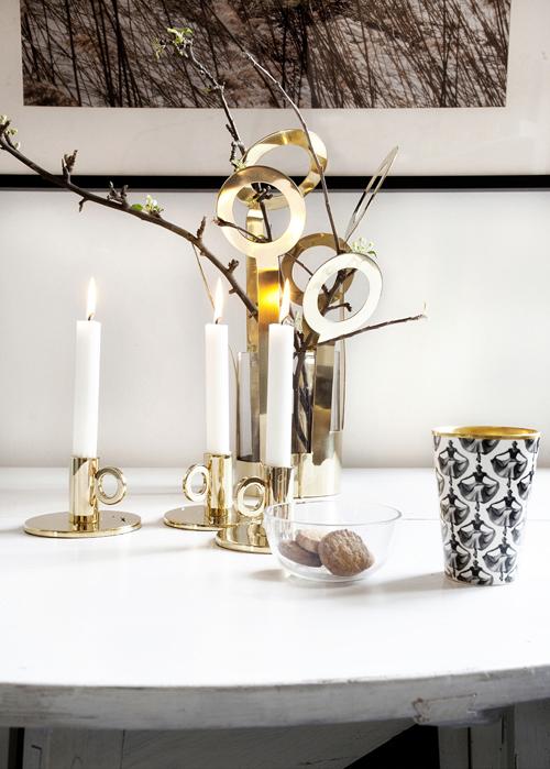 Mässingsstakar och hög vas från Klong. Keramikmugg av Åsa Lindström.