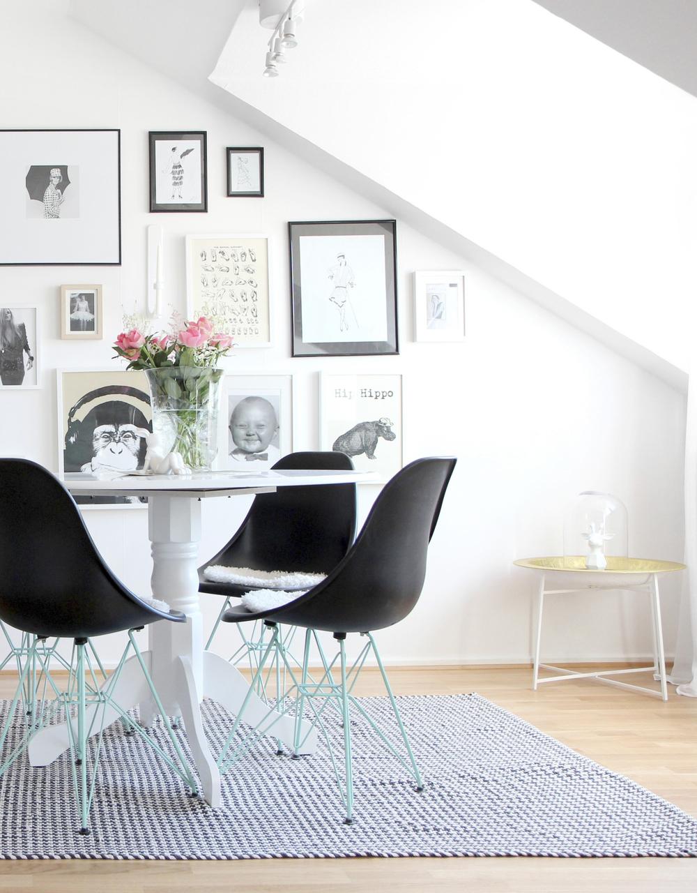 Matbord från Trademax.De Blocketfyndade Eames- stolarna har fått sina ben sprejmålade i turkost. Matta från Lagerhaus. Tavlorna har Maria samlat på sig under många år.
