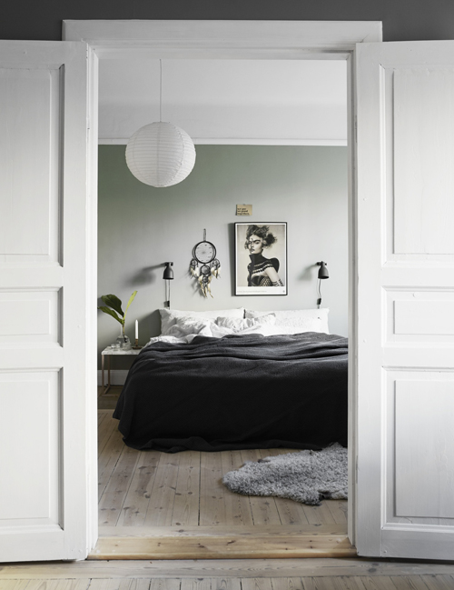 Sovrummet är Jasminas och Peders favoritrum. Väggen är målad i NCS-kulören S 3005-G20Y.