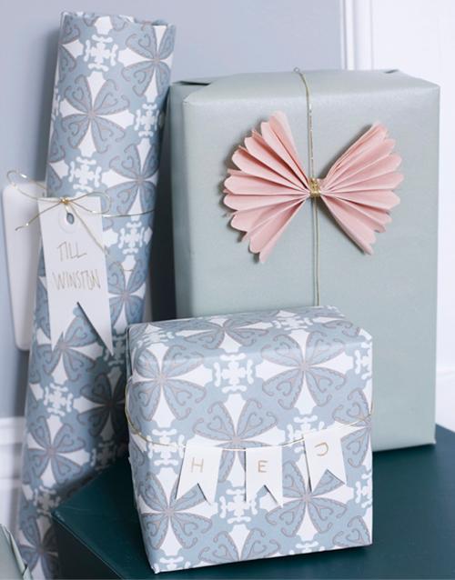 Enfärgat presentpapper, 49 kr/rulle, mönstrat presentpapper, 59 kr/rulle, Papper. Pappersark till etiketter, 34 kr/10-pack, pappbokstäver, 44 kr/50-pack, snöre, 49 kr, Panduro hobby. Rosa silkespapper, 20 kr/10-pack, Papper. Tejp, 19 kr/rulle, Etsy.