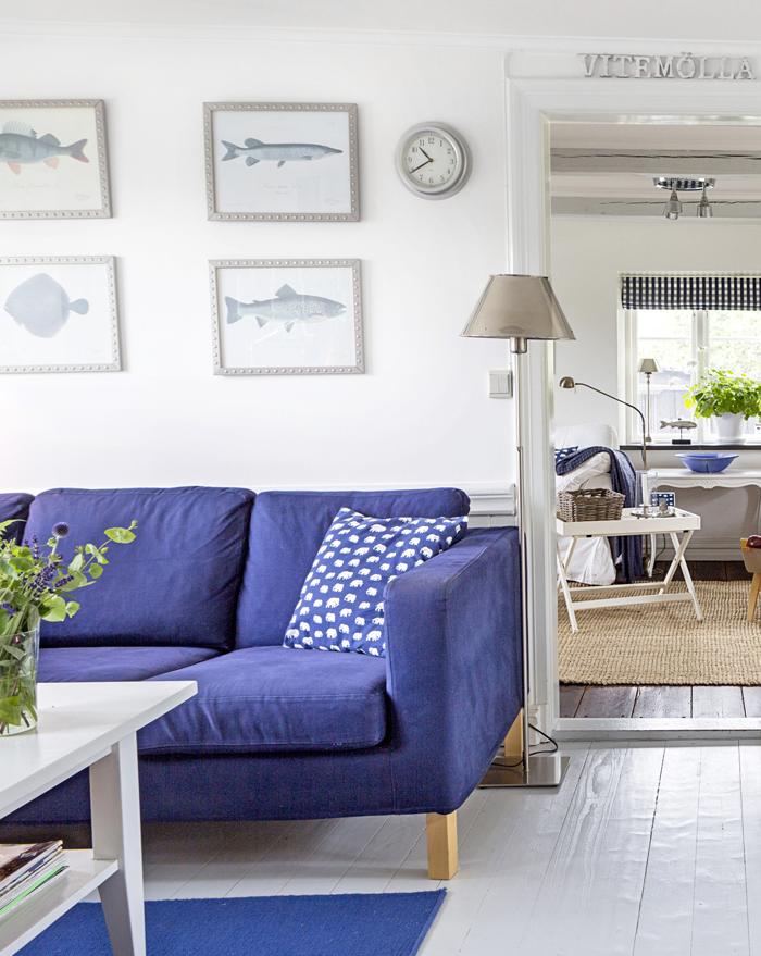 Soffa, soffbord och mattor är från Ikea. Kudde från Svenskt tenn. Glasvas från Iittala.