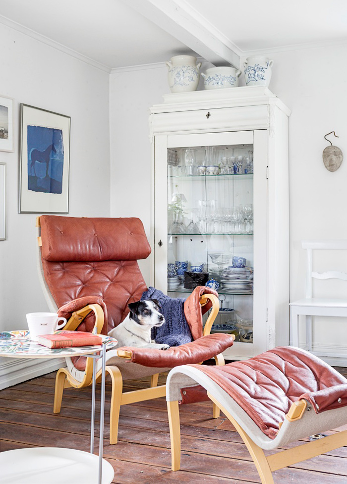Vitrinskåpet är från Annikas antikt i Hurva. Glasen och den japanska teservisen är köpta på olika loppisar. Krukor, Gustavsberg. Brickbord från Svenskt tenn. Tavla med häst av konstnär Ia Karlsson. Vita stolen är ärvd. Tekoppen på bordet och masken på väggen är gåvor.