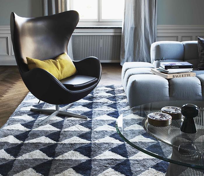 Läckra mattan Triangle i färgen Midnight blue från svenska Layered.