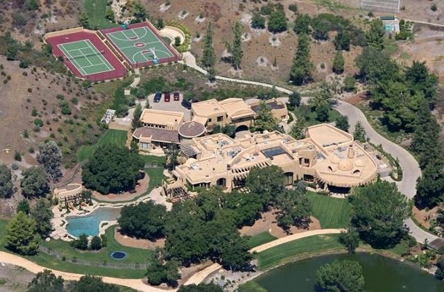 """Tennis anyone? Hemma hos skådisen Will Smith är det fritt fram för bollsport. Både tennis- och basketplan finns för """"nätta"""" 20 miljoner dollar."""