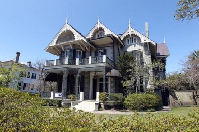Det här var ju rent mysigt! Sandra Bullocks hem i New Orleans är rena gästhuset jämfört med många andra Hollywood-stjärnors. Det här huset fick Sandra betala 2,25 miljoner dollar för.