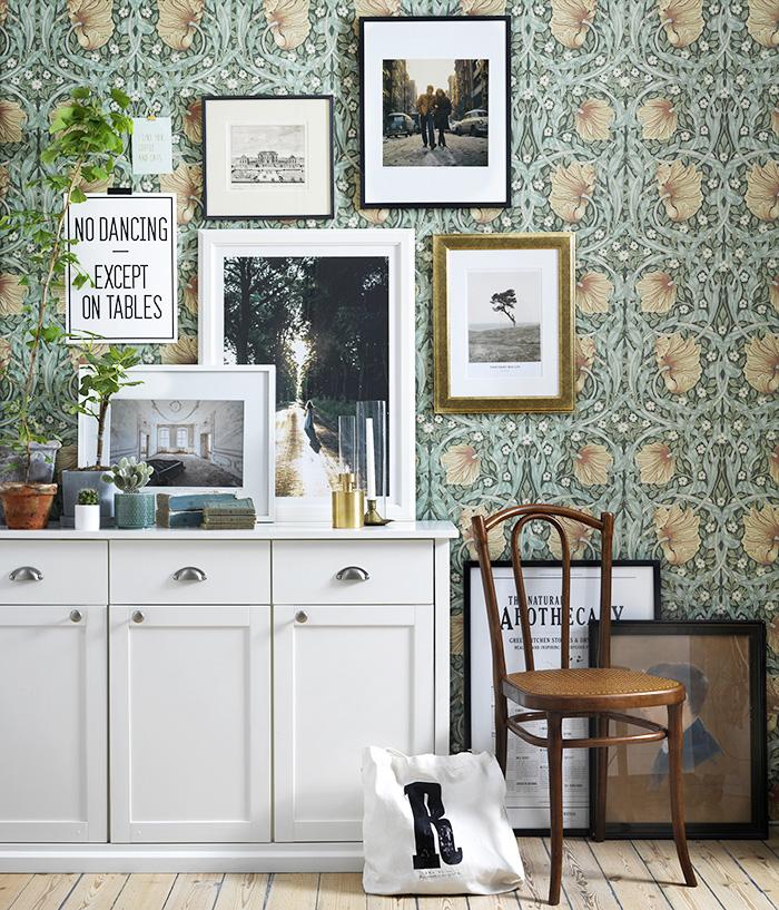 En blandning av fotografier, affischer och konst ger en personlig stil åt vilken vägg som helst. Foto: Karl Anderson Styling: Jasmina Bylund