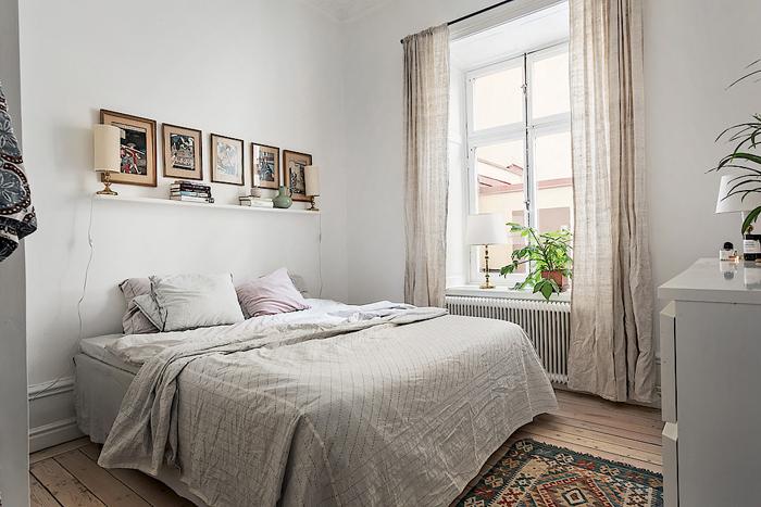 Sovrum med tavelvägg och romantiska textilier. Foto: Skandiamäklarna