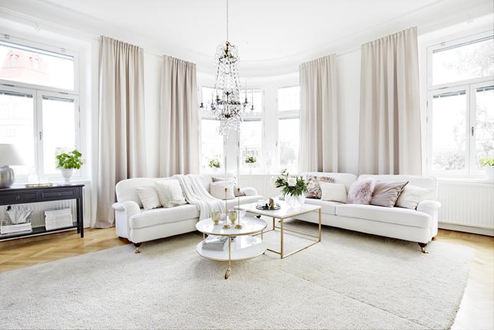 Ett underbart rum med högt i tak, rundat hörn och vacker stuckatur. Lägenheten är allt som Beata har drömt om. Soffor från Mio.