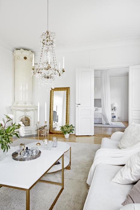 Kristallkronan är utlånad av Beatas mormor. Benen på borden från Ikea och Mio är lackade med guldsprej.