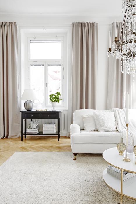 Otroligt luftigt och ljust med den fina takhöjden. Sidobord, Åhléns. Bordslampa, Ikea.