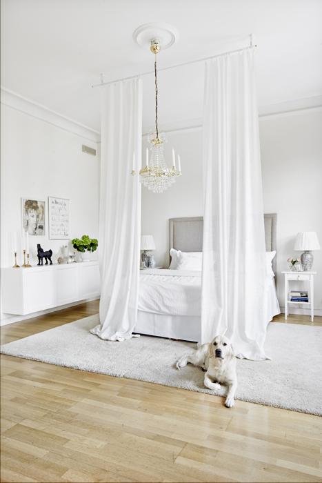Undersängen har Beata lagt ihop två mindre mattor från Ikea till en stor. Kristallkrona från Ellos. Vägghängda skåp, Ikea.