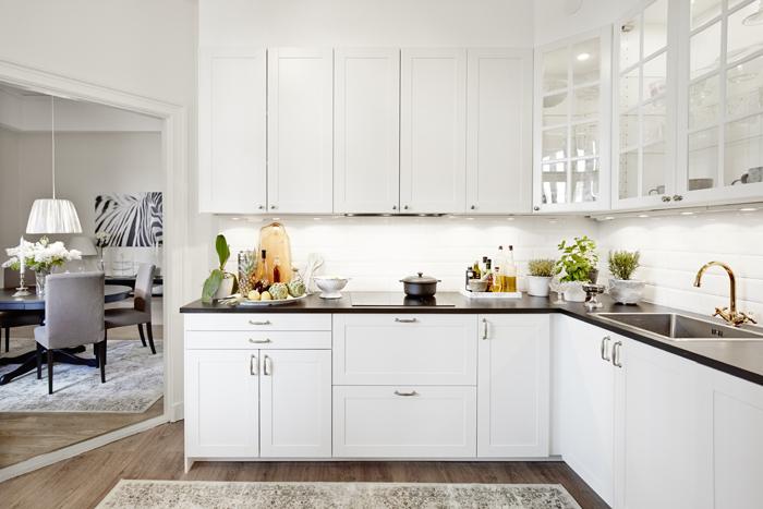 Ett rejält kök i vinkel, med blandare från Bauhaus. Luckor, Ikea. Matta, Mio.