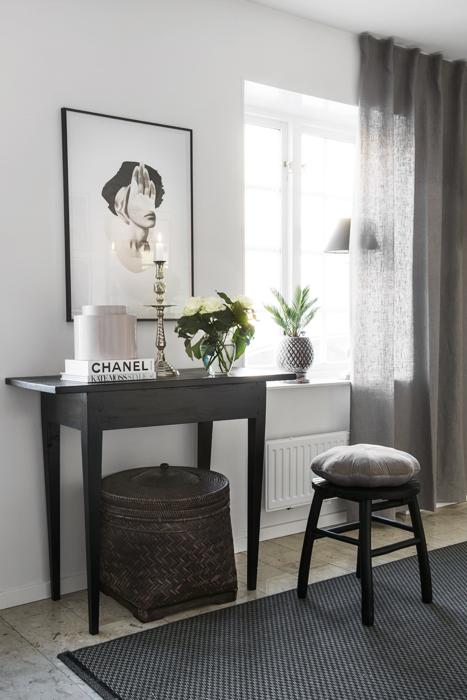 Det antika sidobordet passar perfekt ihop med pallen från Ilva och mattan från Ikea.