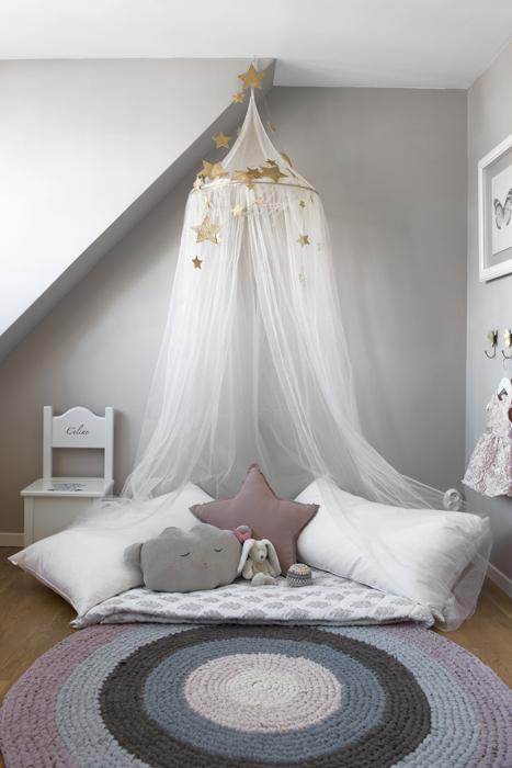 Söta drömmar i Celines rum. Sänghimmel, kuddar och stjärngirlang är köpta hos Miniroom.