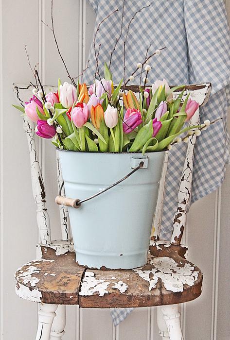 Underbara tulpaner i en emaljhink med några fina videkvistar. Mer behövs inte! Foto:http://vibekedesign.blogspot.se/