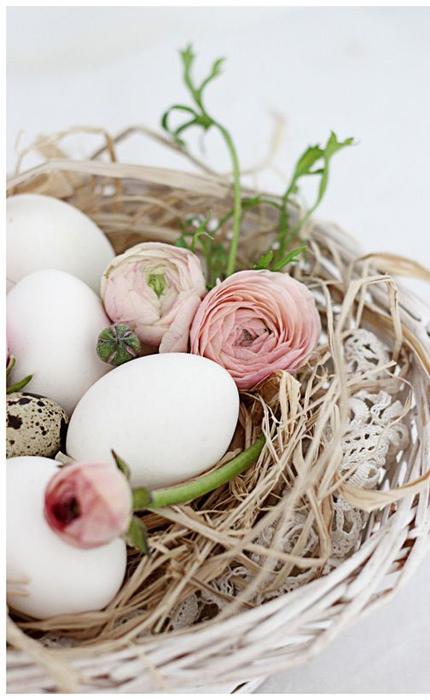 Ägg ihop med strå och fina ranunkler. Romantiskt och fint! Foto:wedding-venues.co.uk