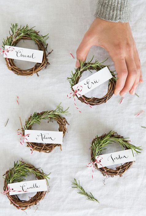 Kanonfina små kransar med gästernas namn. Foto: camillestyles.com