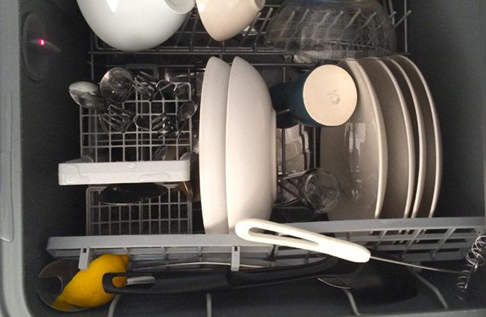 Citronklyftan i besticklådan eller i översta facket, vips så är disken skinande ren!