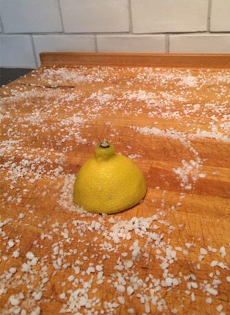 Gnugga skärbrädan med salt och citron.