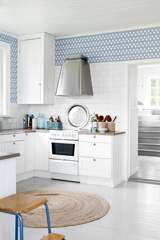 Köket blev stort och ljust när en vägg togs bort. Köksstommar och luckor från Ikea.