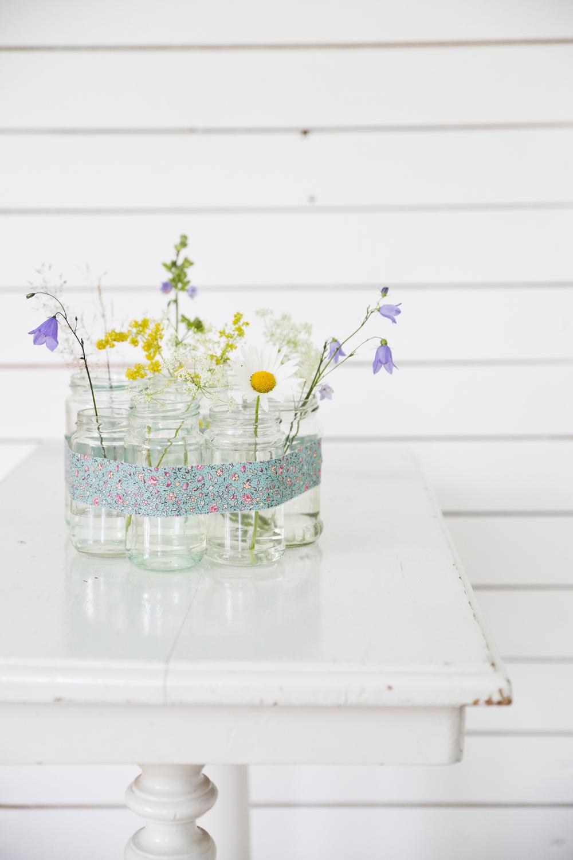 Håll ihop dina vaser med ett vackert tygband.