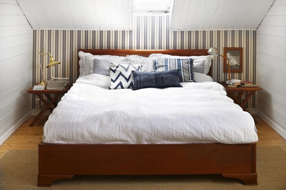Precis som resten av huset, är sovrummet inspirerat av New England och en mer rustik stil.