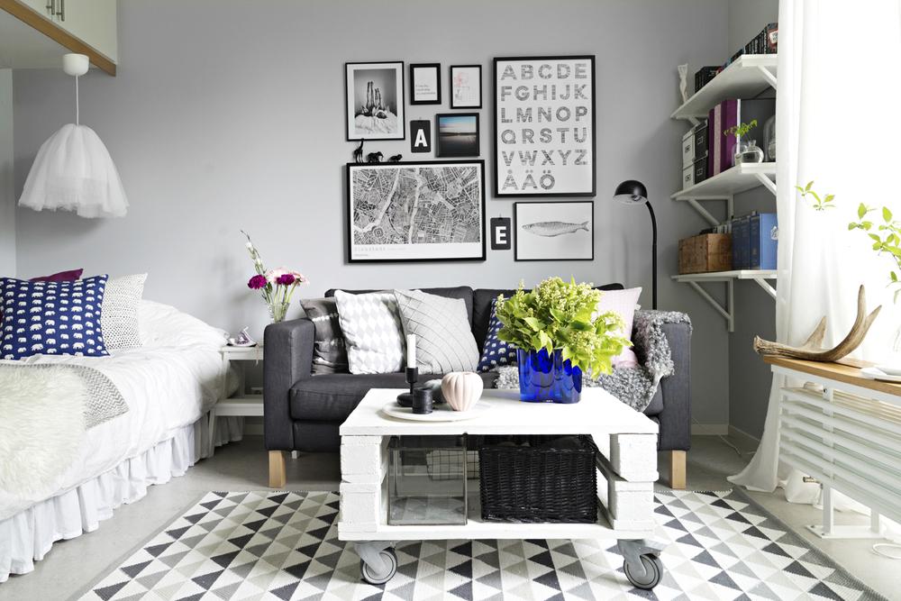 Med hjul på soffbordet går det att smidigt flytta undan det för att få extra golvyta.