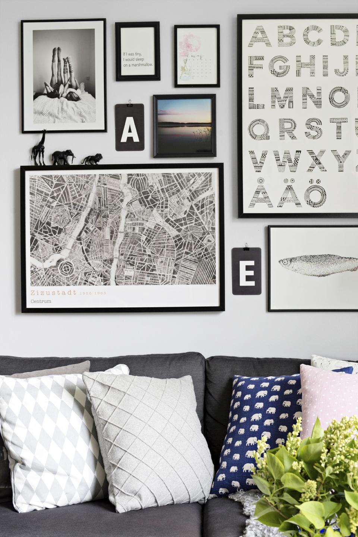 Ovanför soffan har Anna satt ihop en tavelvägg med ramar från Ikea och Clas Ohlson samt olika favoritaffischer och -motiv.