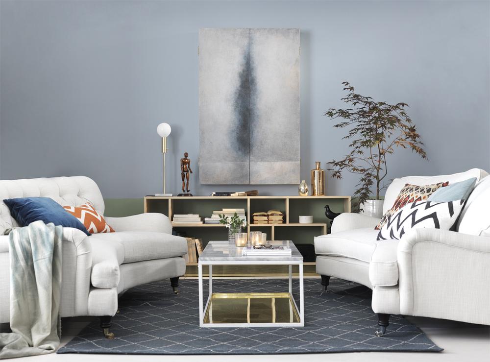 Ljusa möbler fräschar upp och kompletterar det annars mörka rummet.