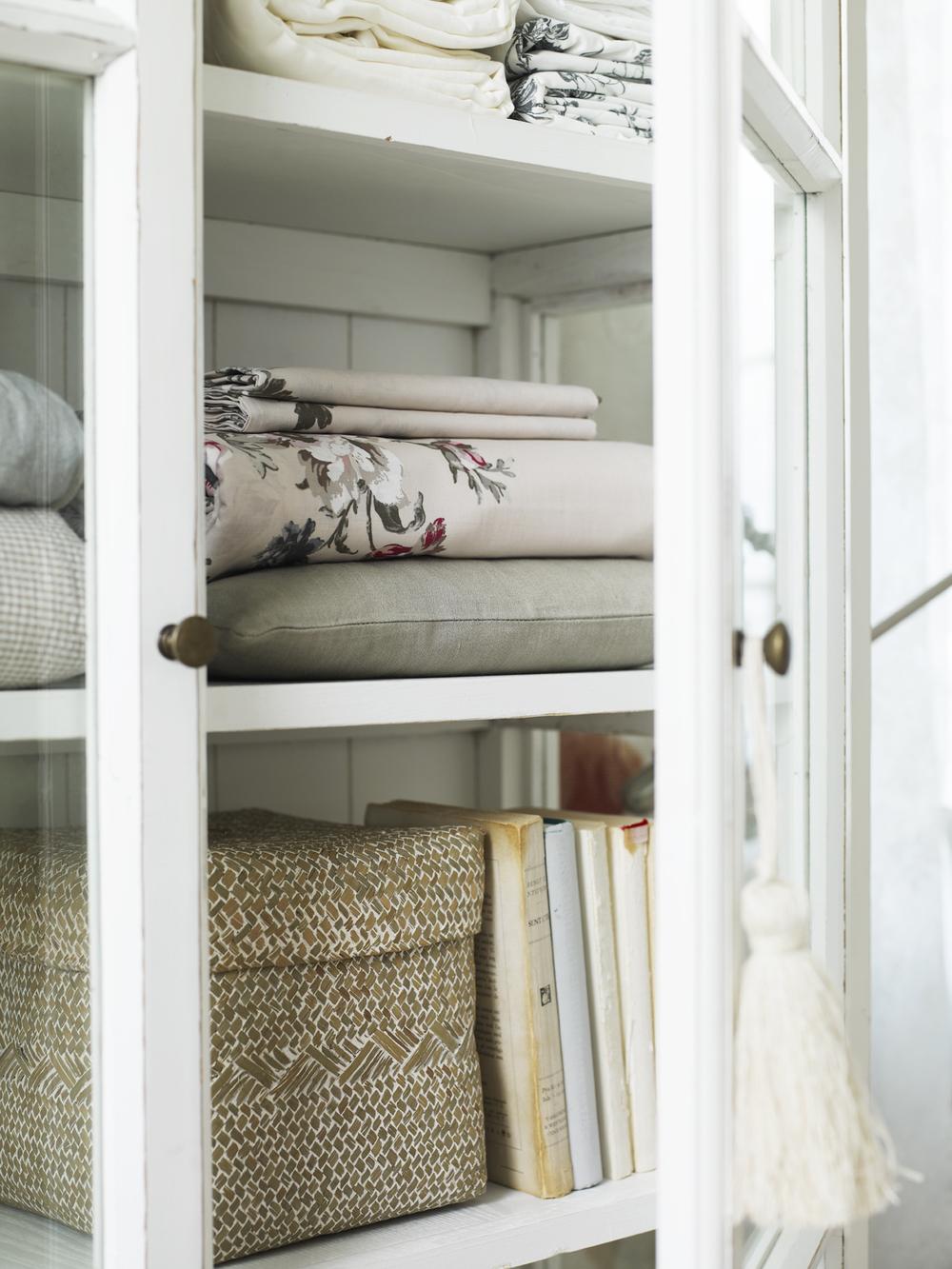 Använd ett snyggt vitrinskåp till förvaring av böcker, lådor, plädar...