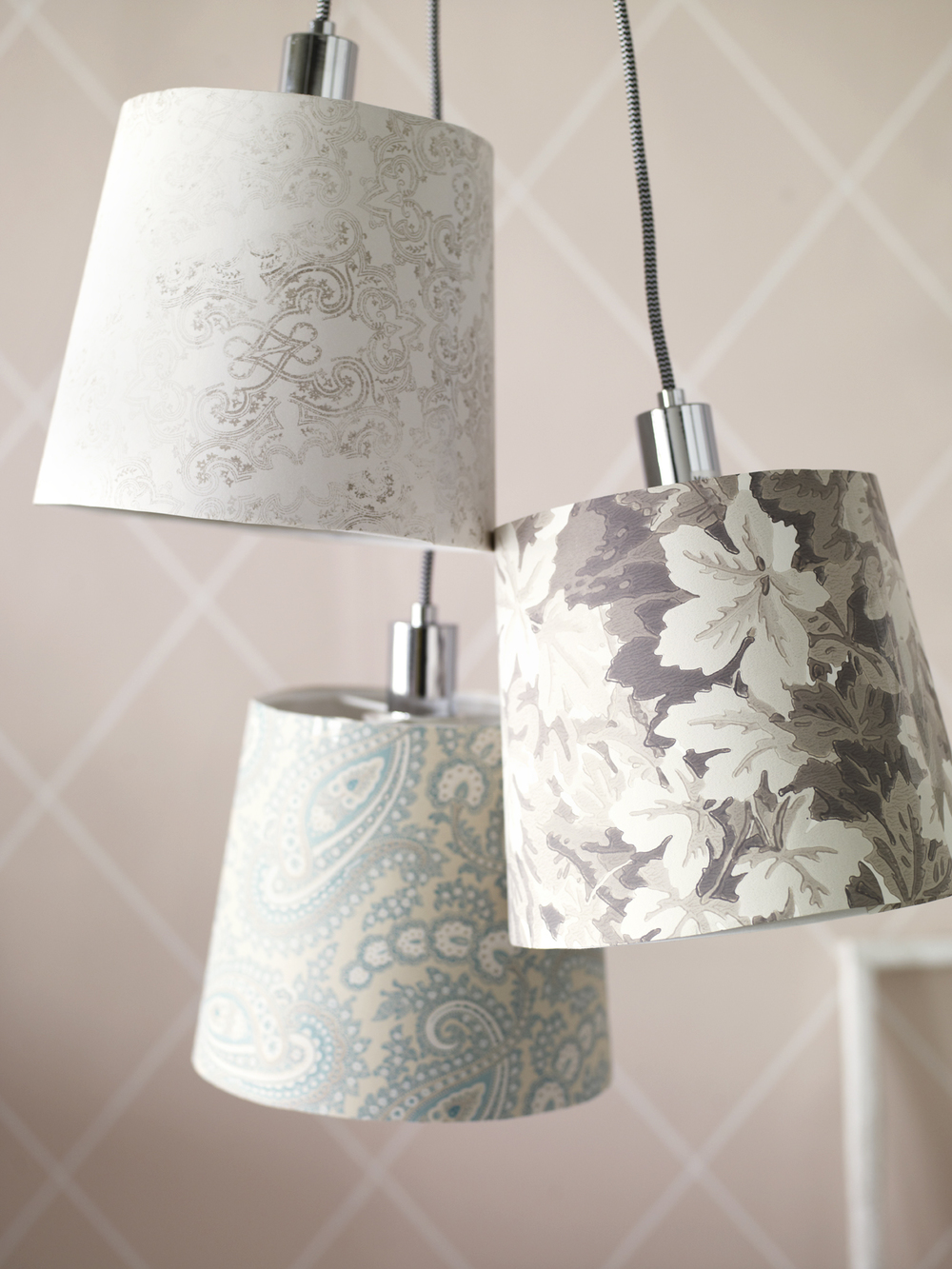 Ge nytt liv åt gamla lampskärmar i stället för att slänga dem.