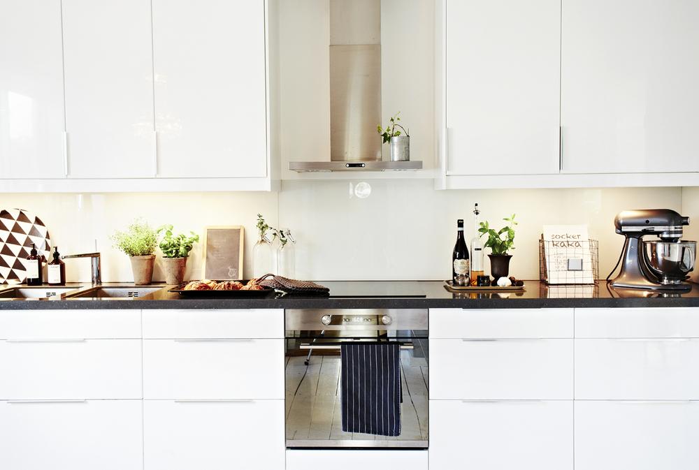 Stilen i hemmet är ljus och det mesta går i vita toner.