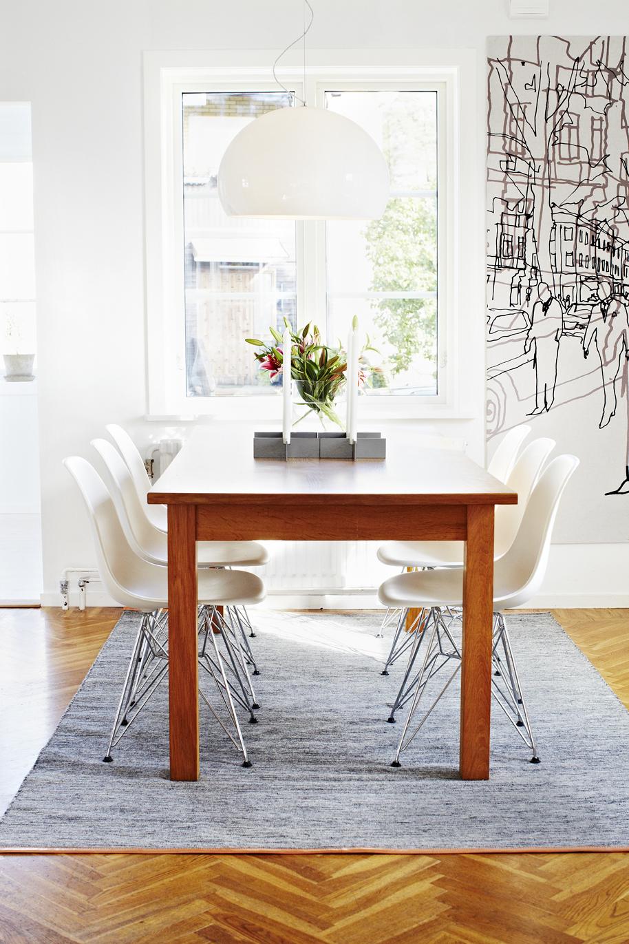 Den ljusa stilen bryts av med ett mörkt matsalsbord.