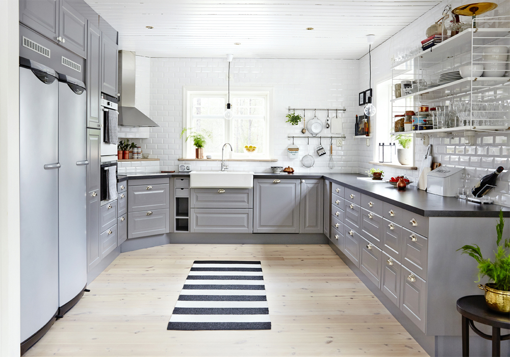 Under renoveringen försvann köket i björk och ersattes ett kök i grått, svart och vitt.