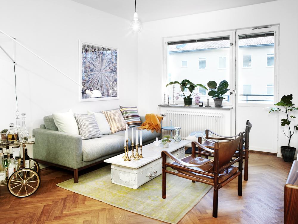 Soffbordet består av sprejmålade koffertar och en marmorskiva från ett kök.