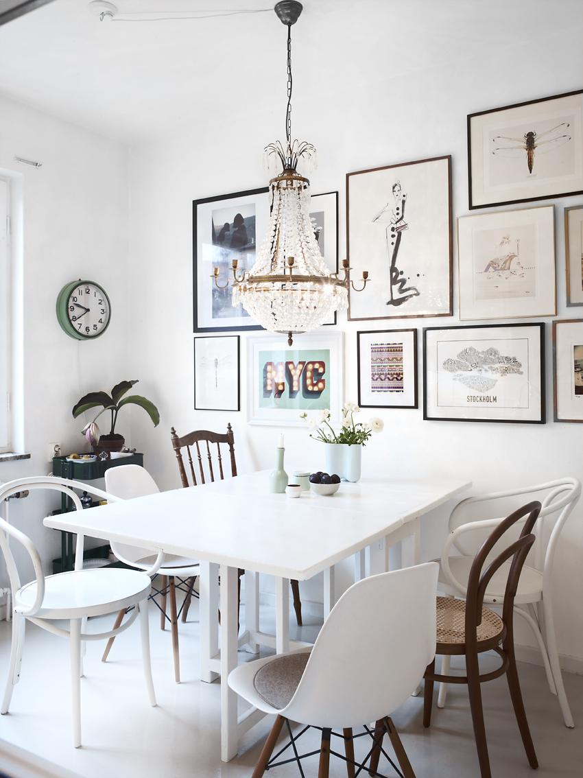 I köket samsas udda loppisstolar med designklassiker.