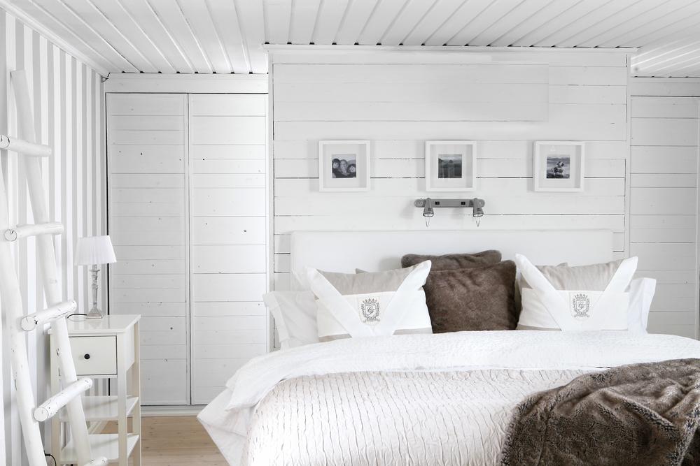 Sovrummet går i ljusa toner och bakom sängen finns en platsinbyggd gavel.