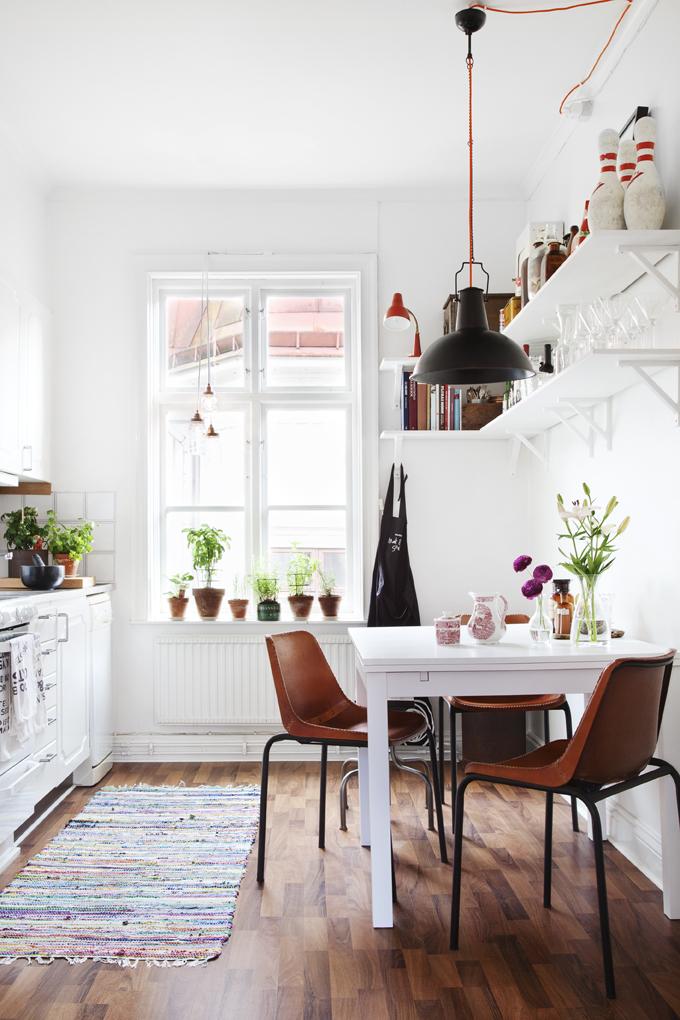 I köket blandas ljust, mörkt och blommor.