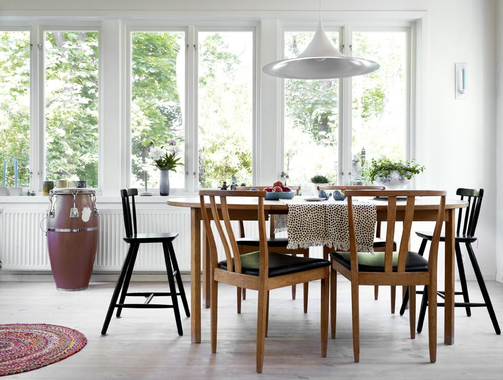 Taklampan köptes in till tv-serien Solsidan men finns nu hemma hos familjen Ingvarson.