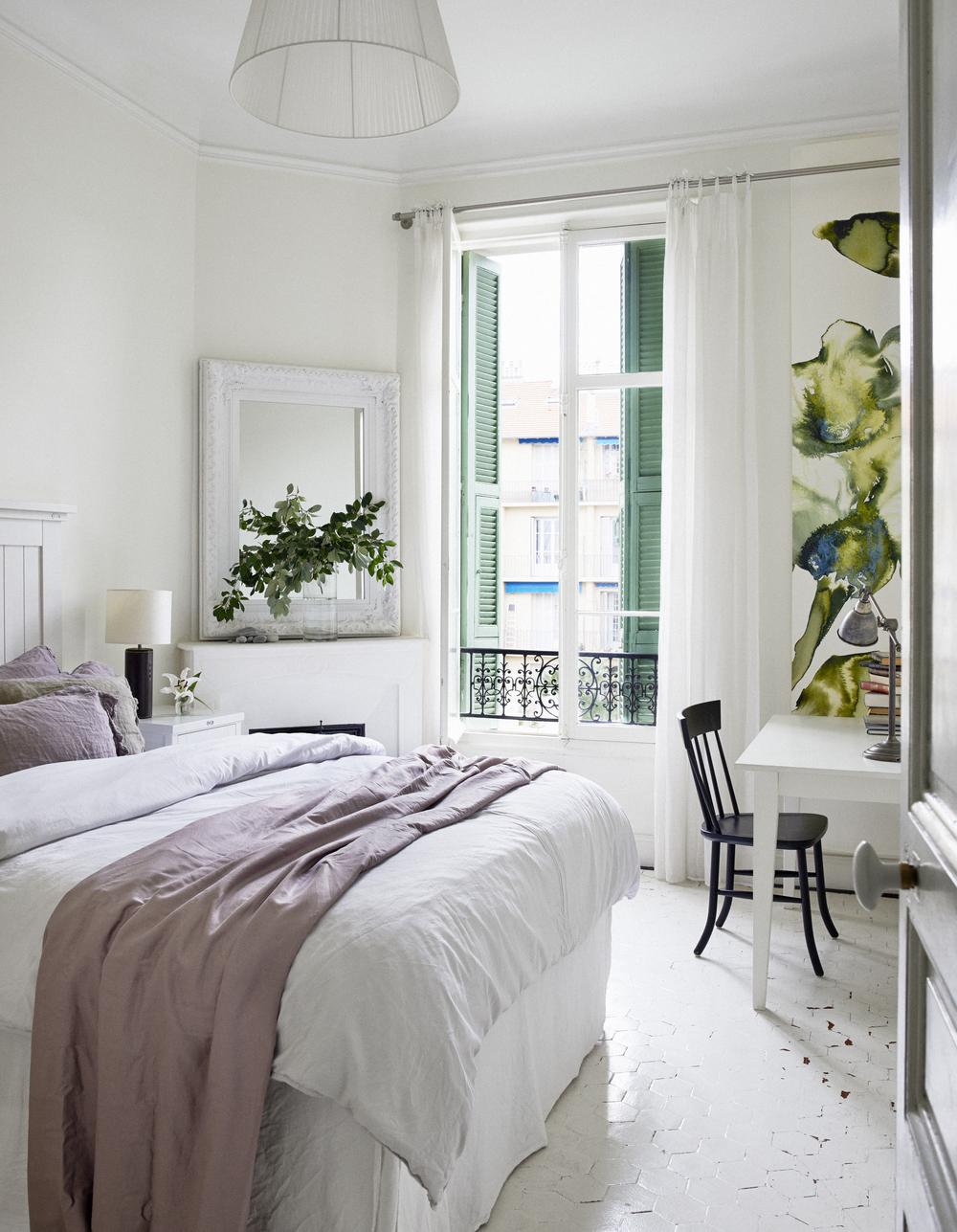 I parets sovrum finns det både öppen spis och fransk balkong.