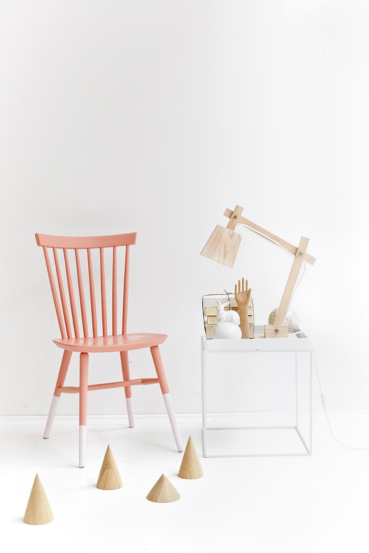 Måla om den vita stolen till din favoritfärg!