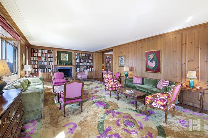 Vardagsrum med gott om plats för gäster. Här hänger en tavla av Mauritz Stiller som upptäckte Garbo. Den ingår tyvärr inte i köpet … Foto: Halstead mäklarbyrå