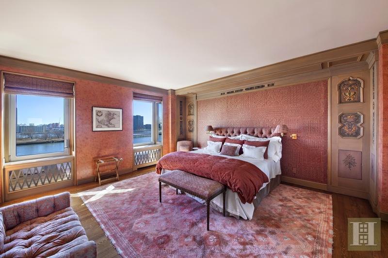 Garbos sovrum med laxrosa siden påväggarna och detaljerna från svenska skåpsdörrar som prydnad. Foto: Halstead mäklarbyrå