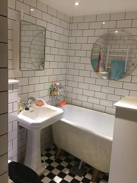 Fast det blev ju bra sedan! Drygt 100 kg gjutjärnsbadkar på plats i badrummet som förut såg ut som en furufest.(VG tänk bort typiska barnfamiljsaccessoarer.)