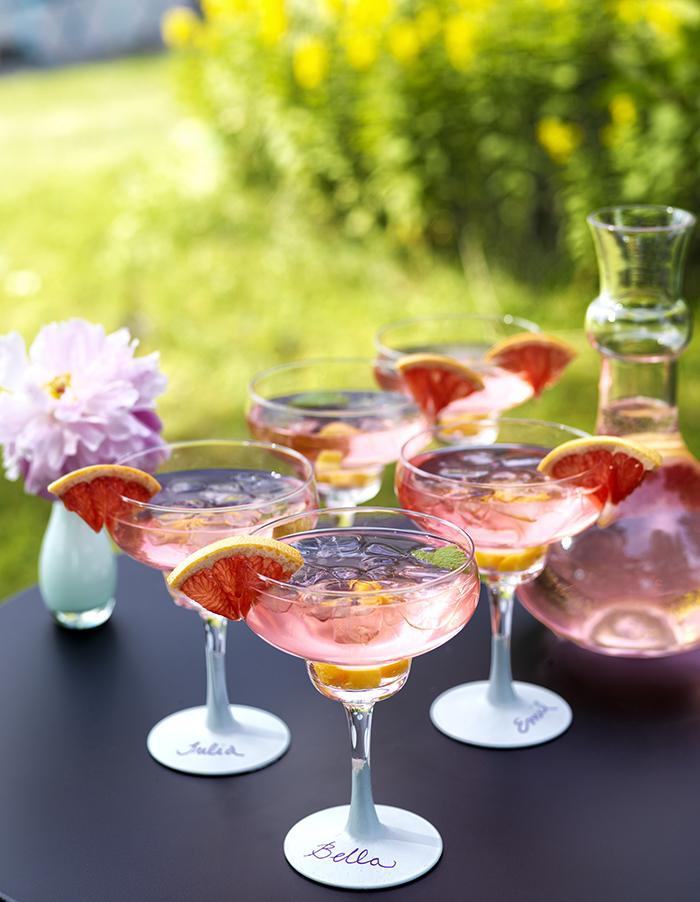 Ljuvligt läskande rabarberdrink, med eller utan alkohol. Självklart går det bra att göra den på köpt saft också! Foto: Karl Anderson