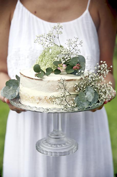 Bjud på en underbar tårta i sommar! Fyllningen är gjord av jordgubbskräm, citron och smörkräm. Foto: Anna Kubel Styling: Jasmina Bylund