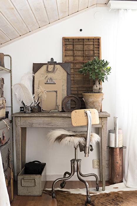 I extrarummet på övervåningen finns en samling av antika prylar och loppisfynd. Skrivbordet kommer från Niklas föräldrar där det stått utomhus och fått fin patina. Stolen kommer från Niklas farmor. Resväskorna är köpta på olika loppisar.